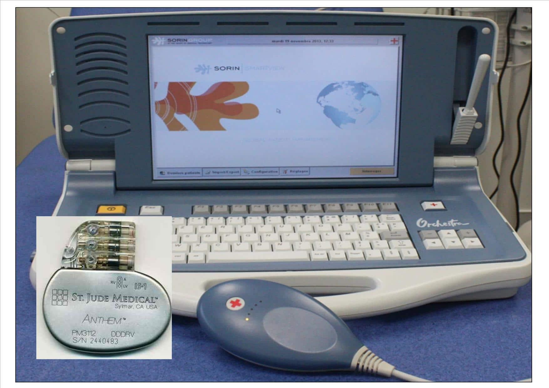 Photo d'un stimulateur cardiaque et un appareil de contrôle et de programamtion