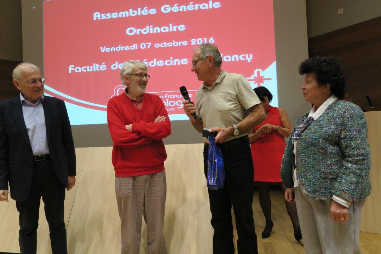 Photo de Michel Antoine entouré par le Pr Etienne Aliot, le Dr Jean-Louis Bourdon et Annie Thirion,