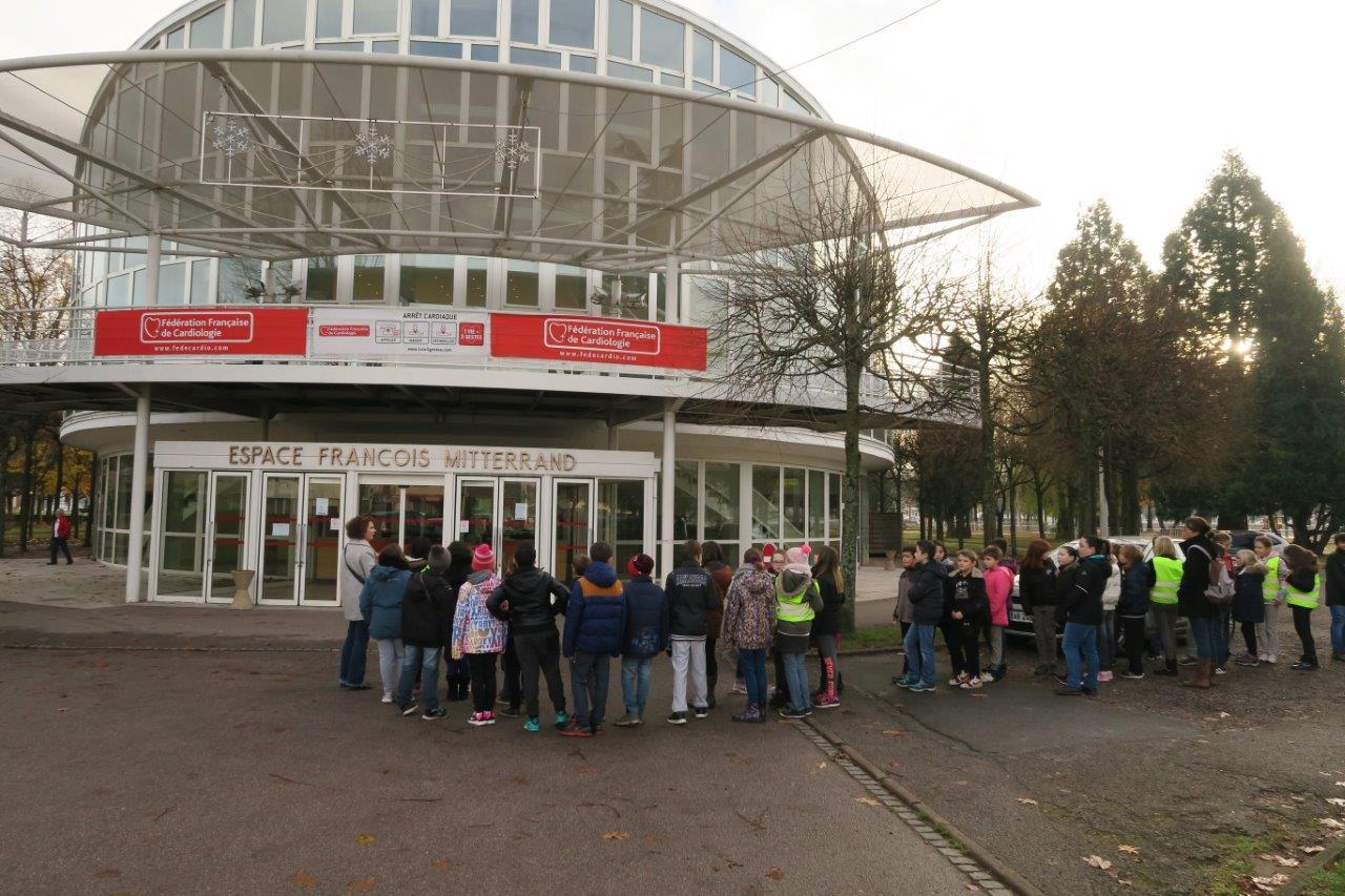 Photo d'un groupe d'élèves arrivant à l'Espace François Mitterrand