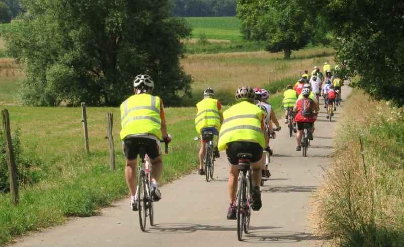 Cyclistes sur une voie verte