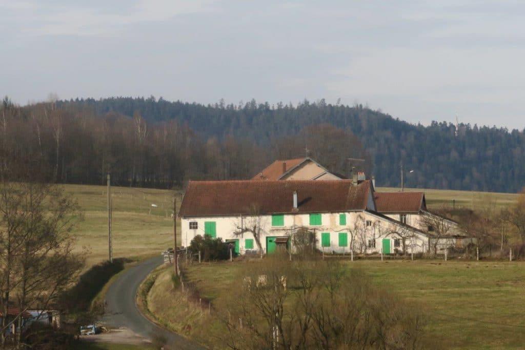 Photo d'une ferme au milieu de la campagne