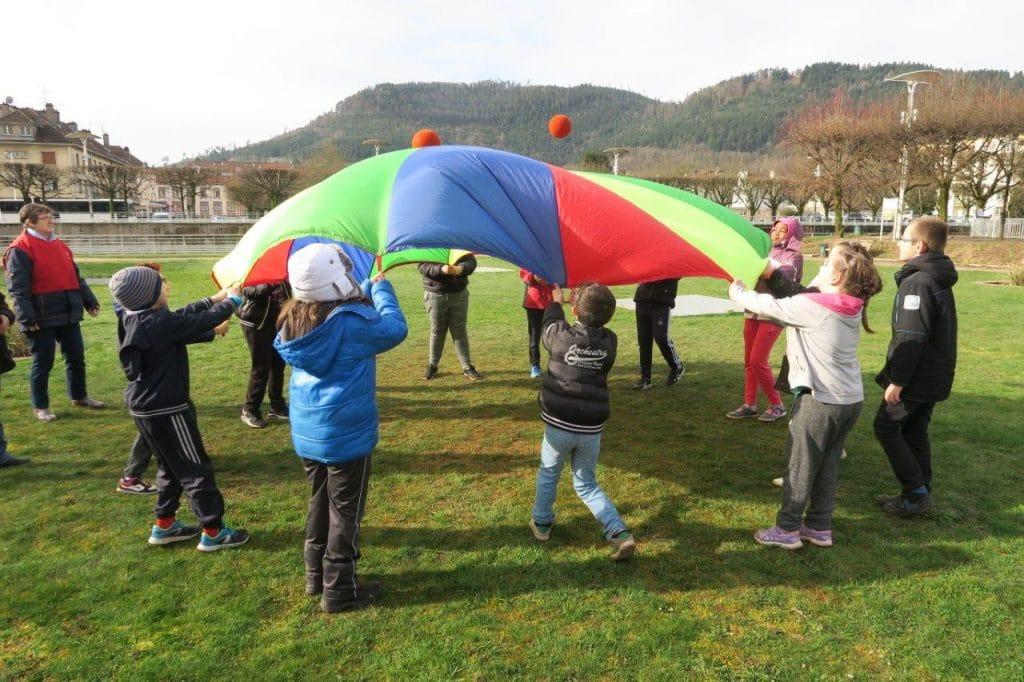Photo. Jeu de parachute lors du Parcours du Coeur scolaire