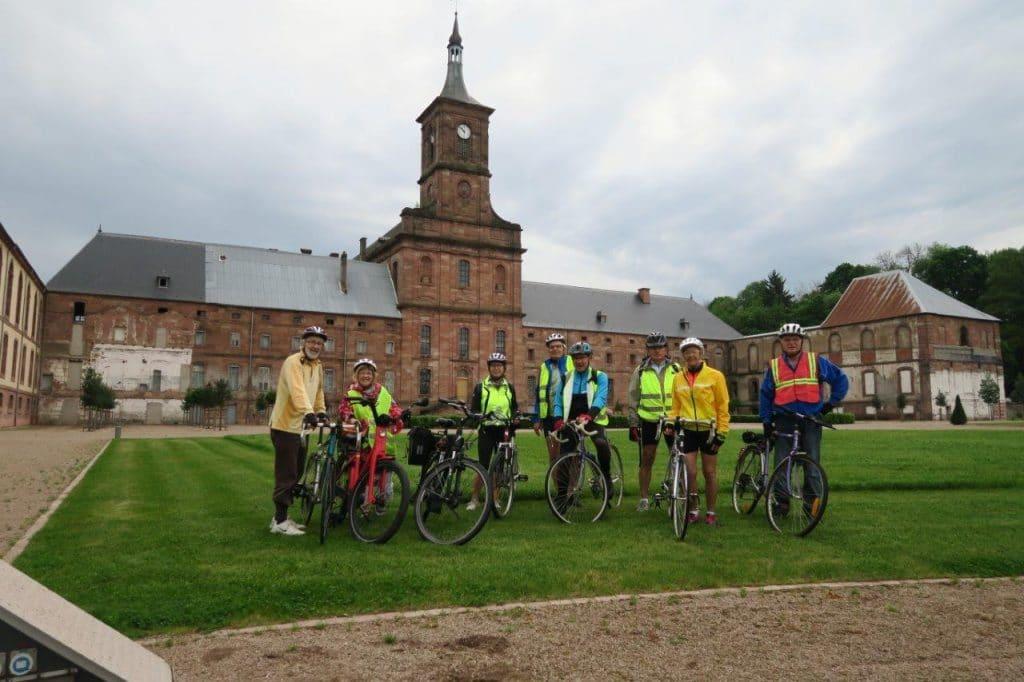 Photo de groupe devant l'Abbaye de Moyenmoutier