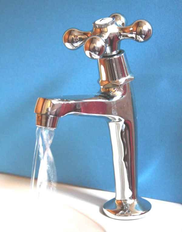 Photo d'eau coulant d'un robinet