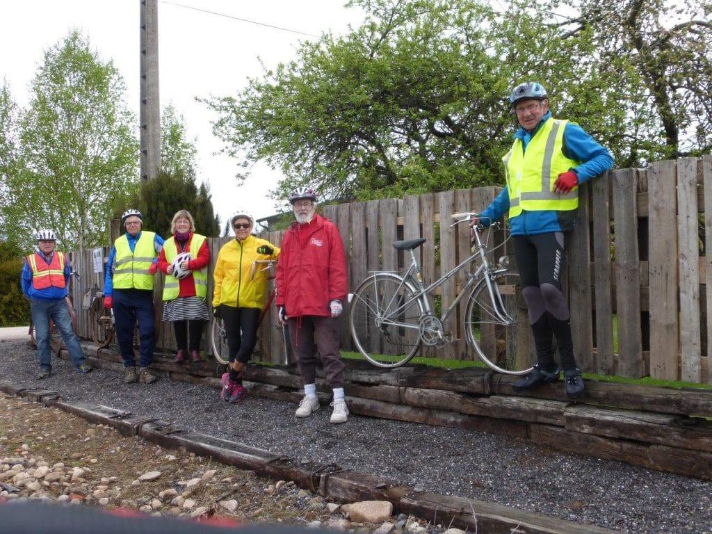 Les cyclistes devants les vieux vélos découverts le 4 mai 2017