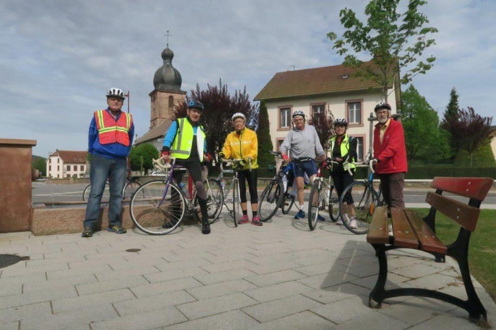Photo de groupe devant fontaine au centre de Bertrimoutier