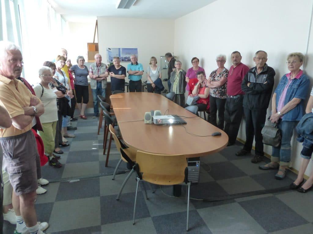 Photo du groupe en salle de réunion