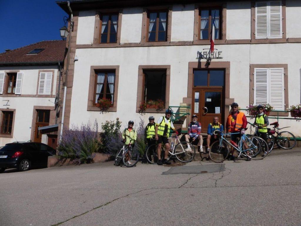 Photo de groupe devant la mairie de Lusse le 13 juillet
