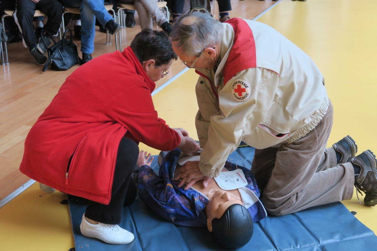 Massage cardiaque et mise en place du défibrillateur