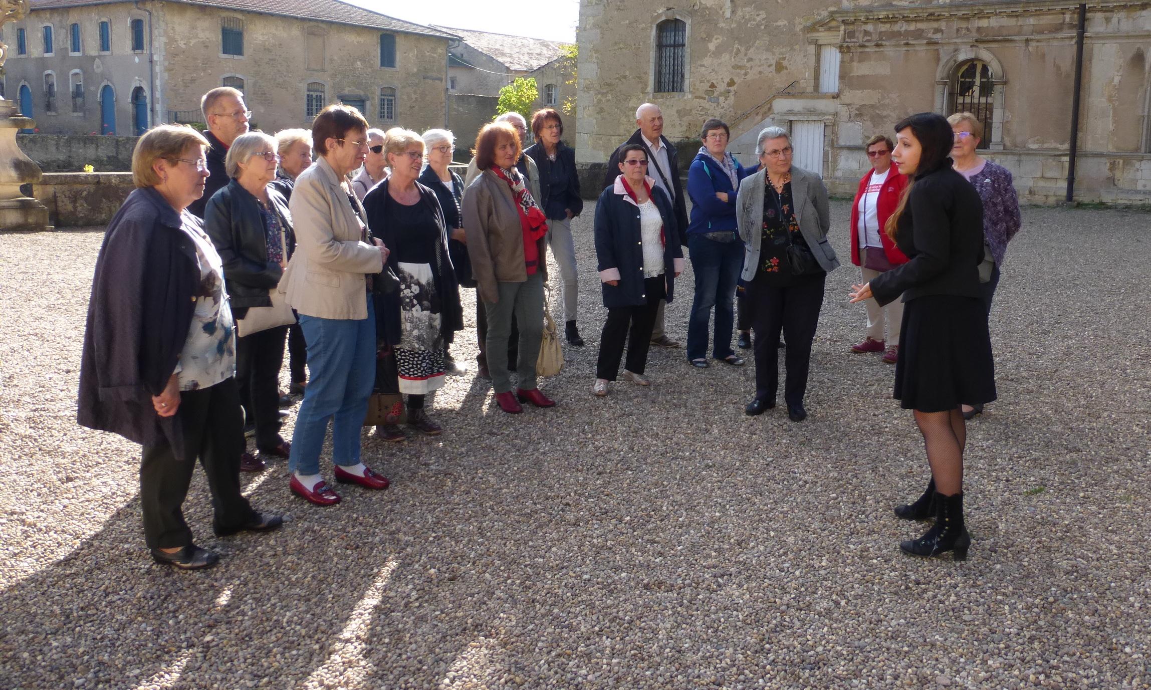 L'historique par la guide devant le Châteauu