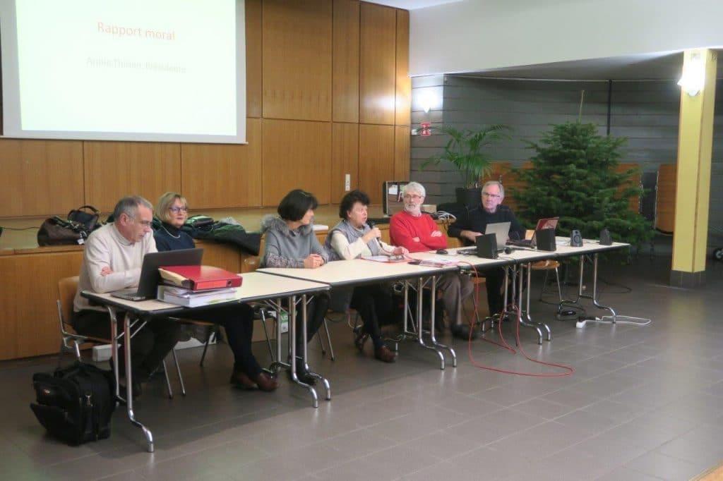 Photo des membres du bureau entourant la vice-présidente de la FFC