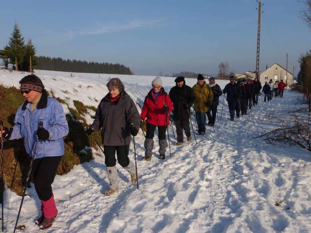 Photodes marcheurs sur chemin enneigé