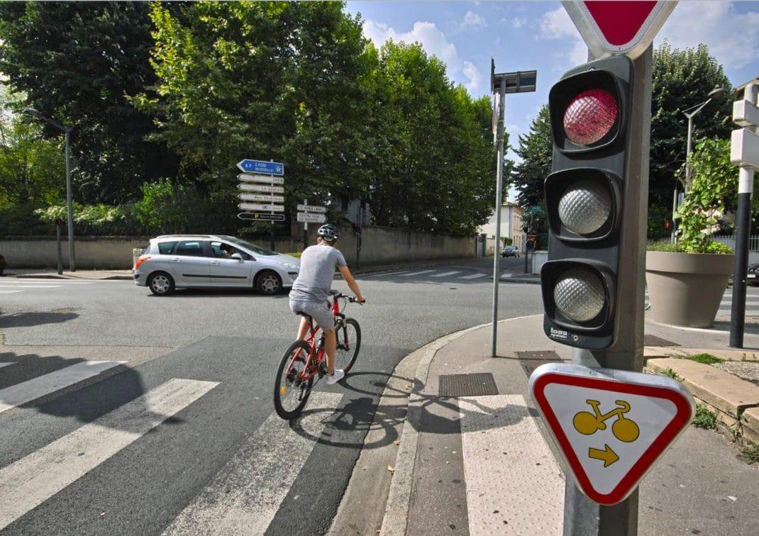 Cycliste tournant à droite à un feu rouge