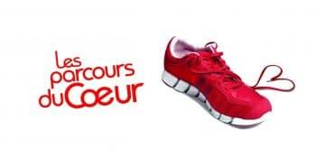 Affiche du Parcours du Ceour ave cune bachausure de sport rouge à semelle blanche