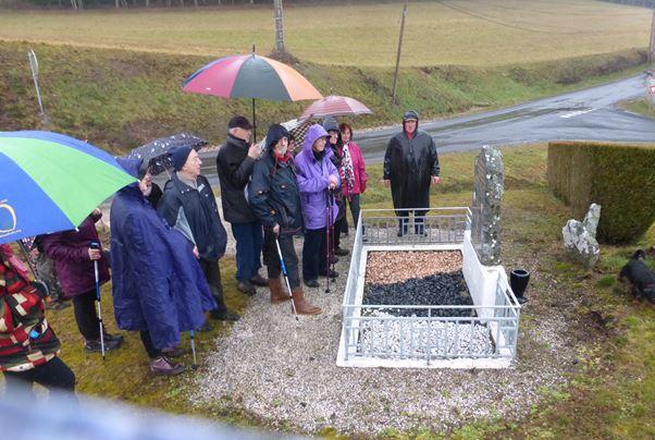 Le groupe devant la Stèle à la Planchette