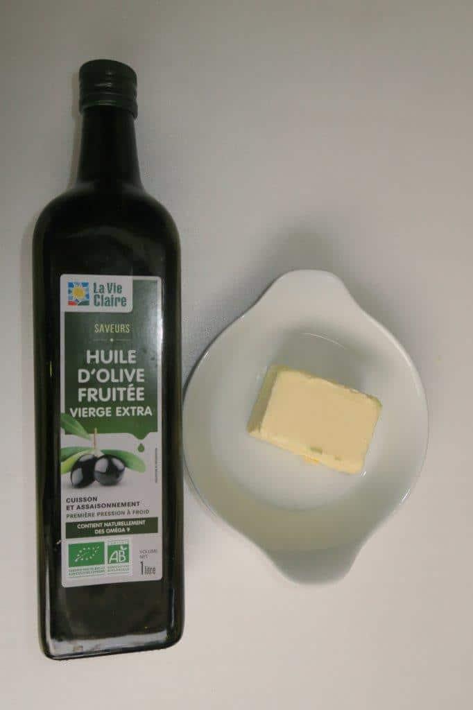 Motte de beurre et bouteille d'huile d'olive