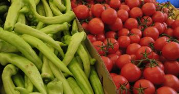 Photo de bananes, tomates, piments verts et poivrons