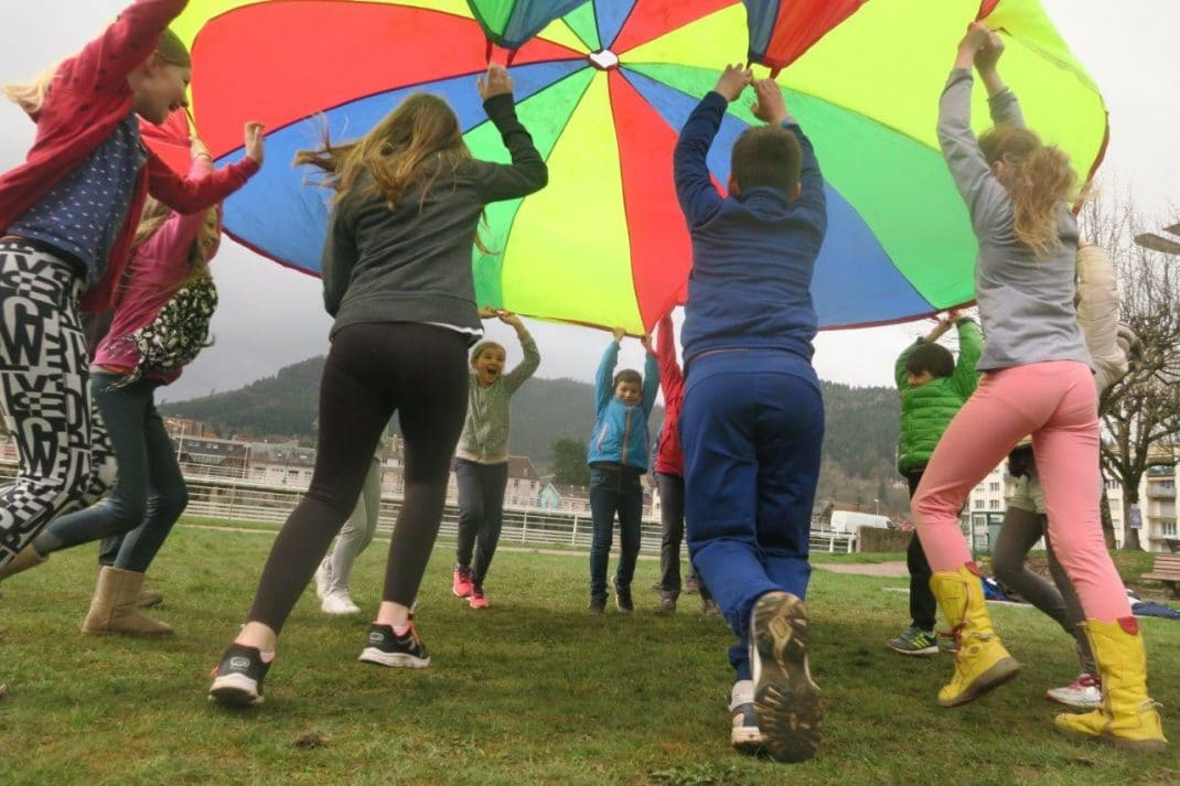 Photo d'un groupe avec un parachute