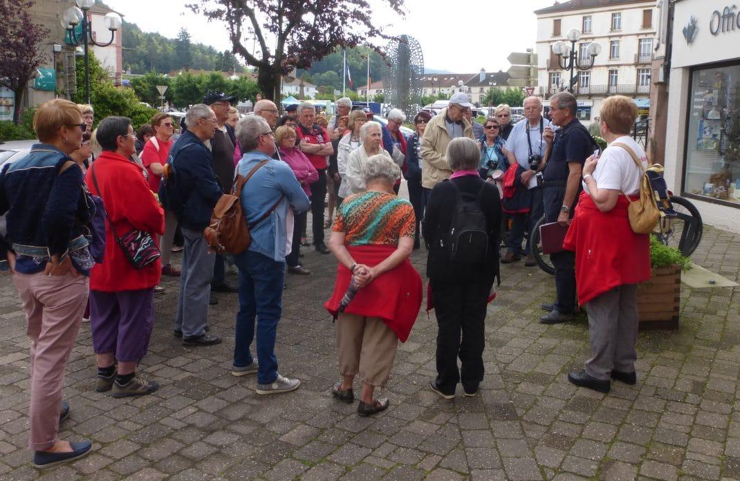 Photo du groupe à l'accueil devant l'Office de Tourisme