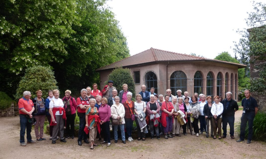 Photo du groupe devant l'orangerie du château Merlin