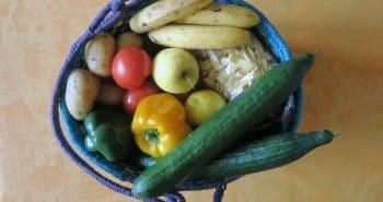 Photo d'un panier de fruits, légumes et pâtes