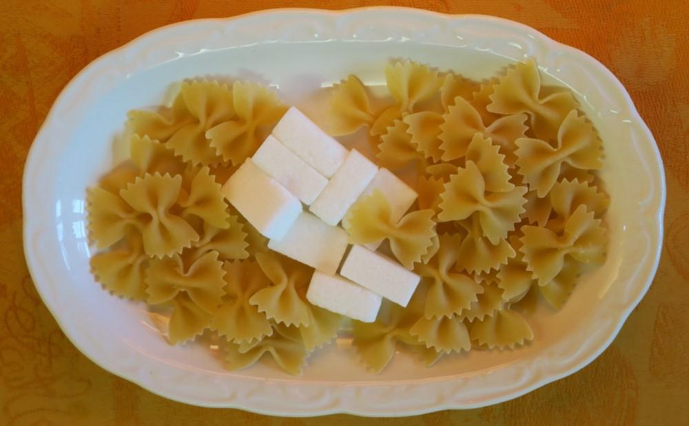 Photo de sucre (glucide simple) et de pâtes (glucides complexes)