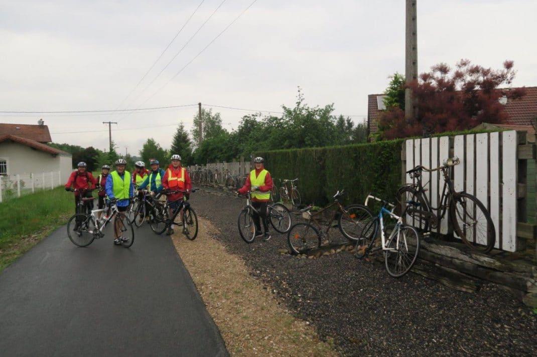 Le groupe avec ses vélos nous veaux devant les vieux cycles