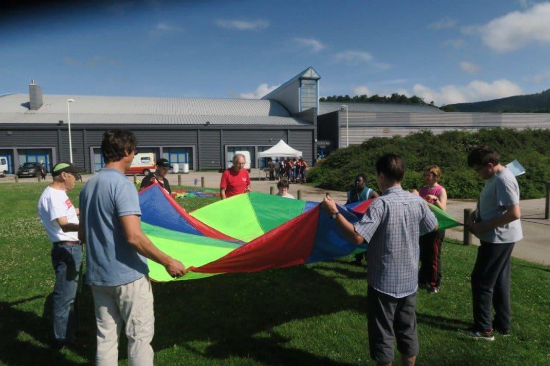 Groupe d'enfants autour d'un parachute