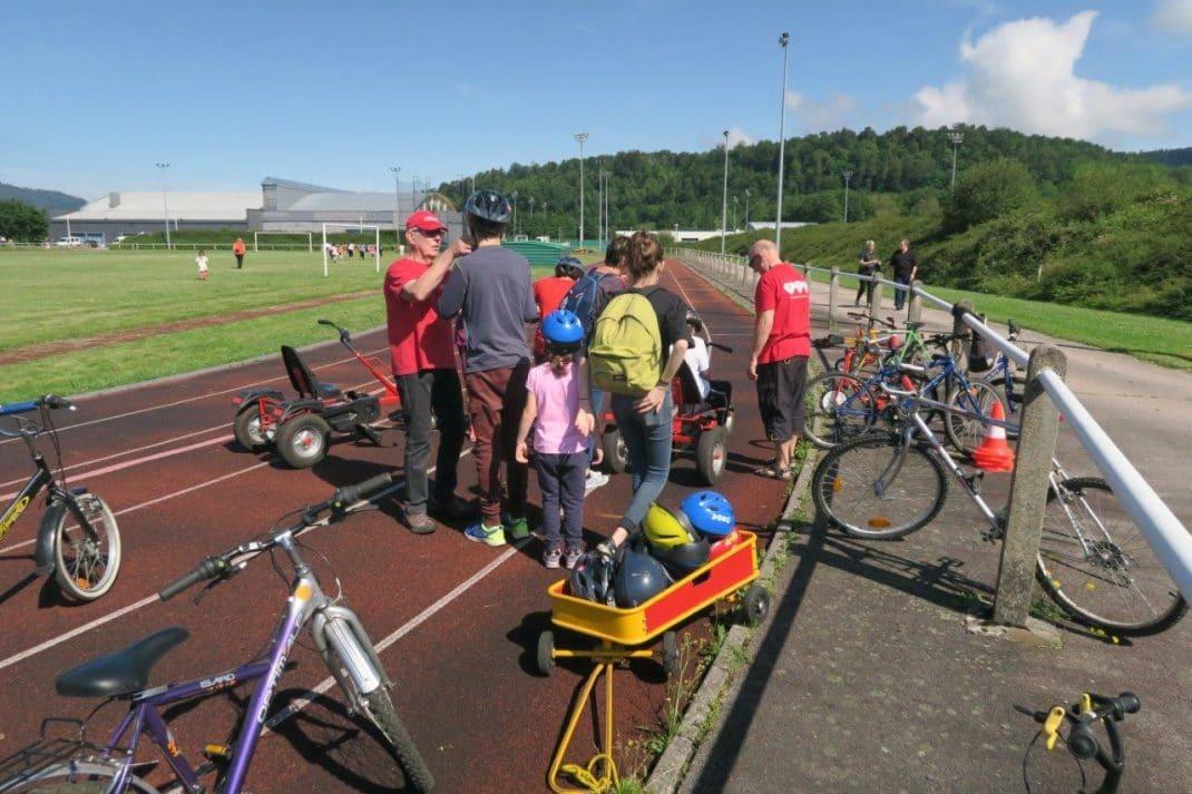 Activité sur des vélo encadrées par deux personnes de Cœur et Santé.