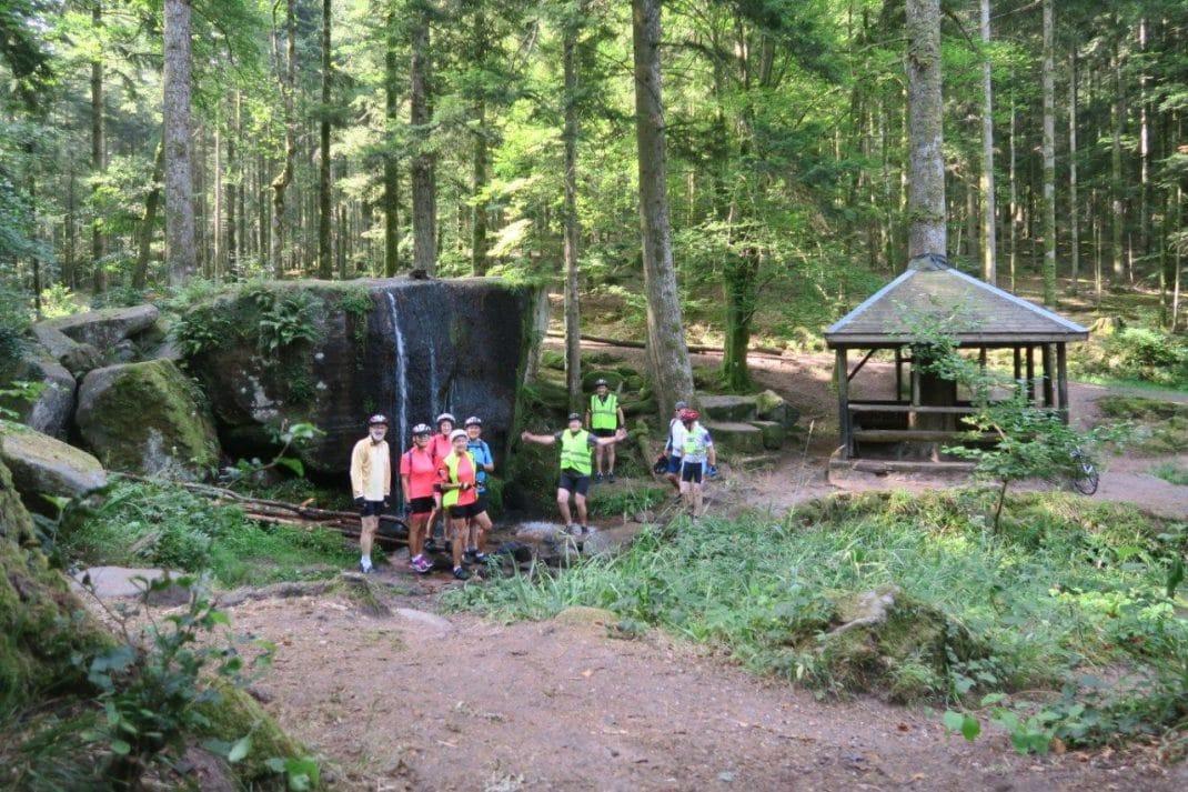 Les cyclos devant la cascade et la cabane des Molières dans le massif de l'Ormont