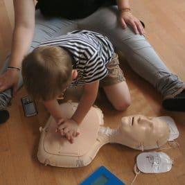 Enfant faisant un massage cardiaque