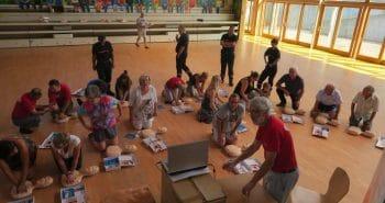Photo du groupe lors du l'apprentissage du massage cardiaque