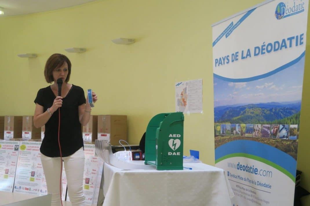 Photo de Nathalie Vinot présentant le matériel