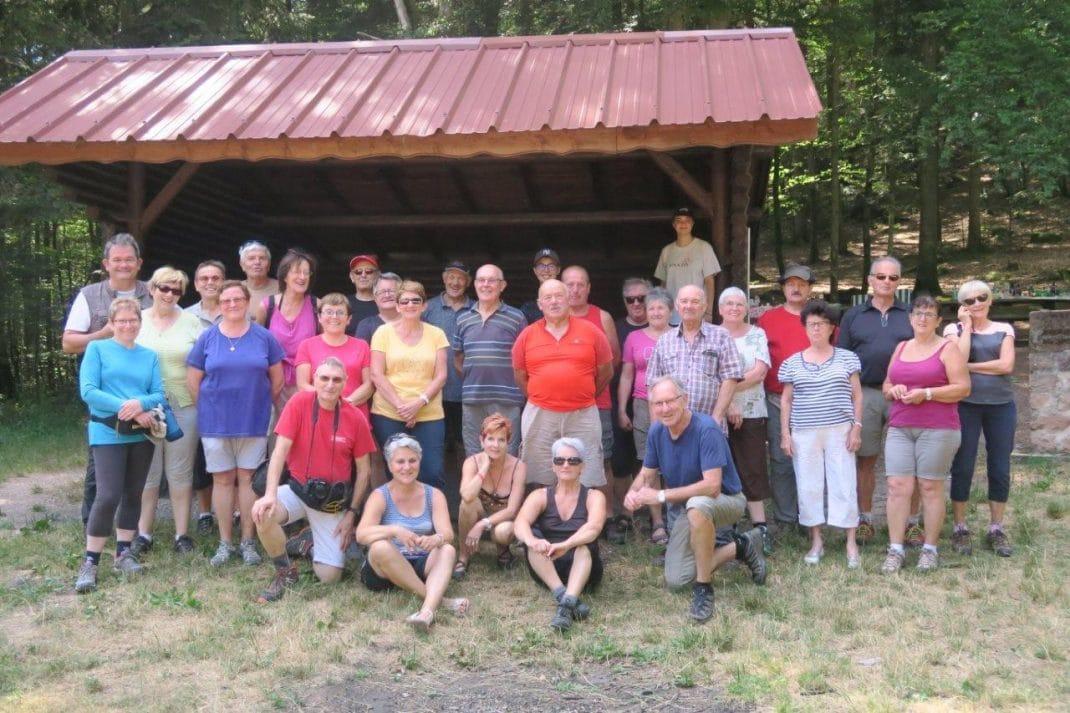 Photo de groupe devant l'abri du Col de la Crénée