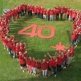Un grand cœur stylisé, réalisé par 70 membres du Club sur la pelouse du parc Jean Mansuy