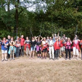 Photo du groupe avec les bâtons levés