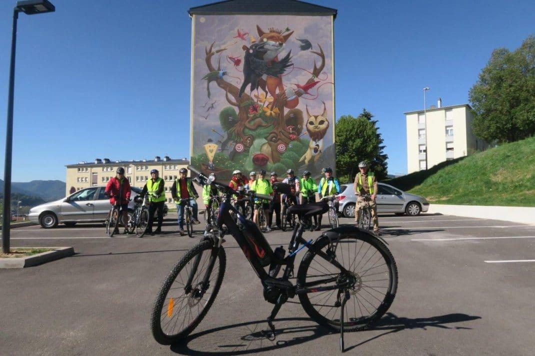Photo du groupe avec en premier plan le vélo d'un membre du groupe