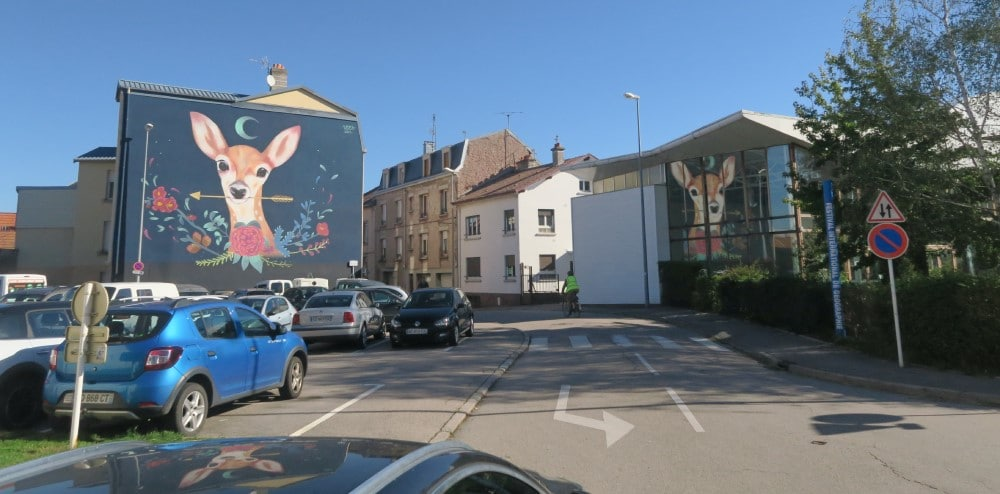 Photo de la fresque représentant une biche tenant une flèche dans sa bouche