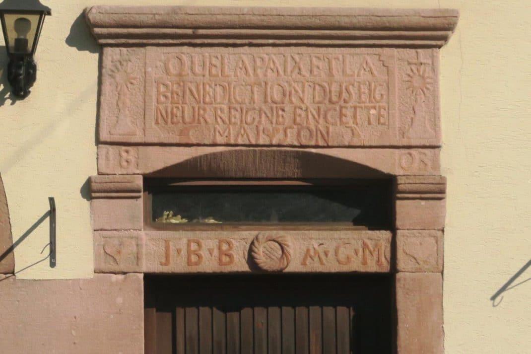 Linteau de ferme datant de 1808 avec l'inscription suivante : que le paix et la bénédiction du seigneur règne en cette maison