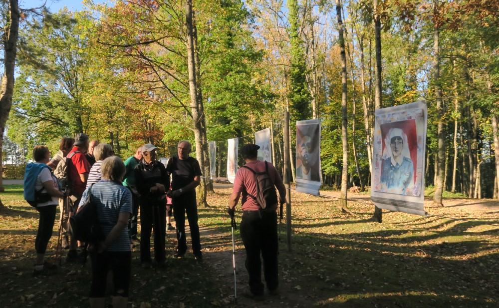"""Devant des peintures représentant entre autres une infirmière et une """"gueule cassée"""""""