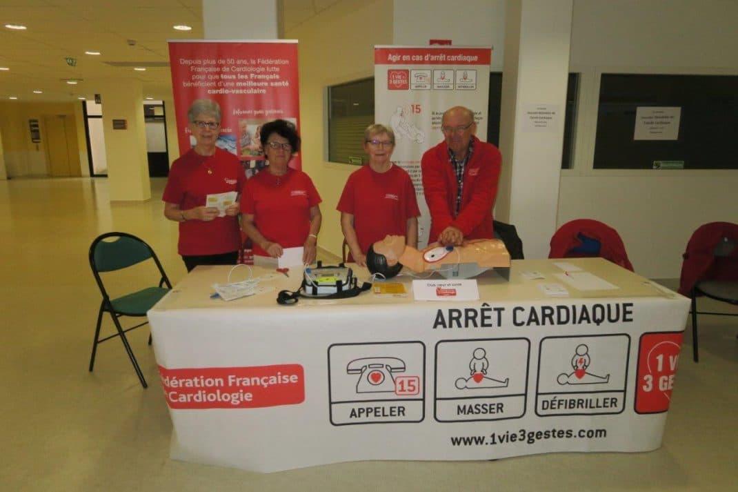 Les membres du club présentent un défibrillateur et montrent comment faire un massage cardiaque