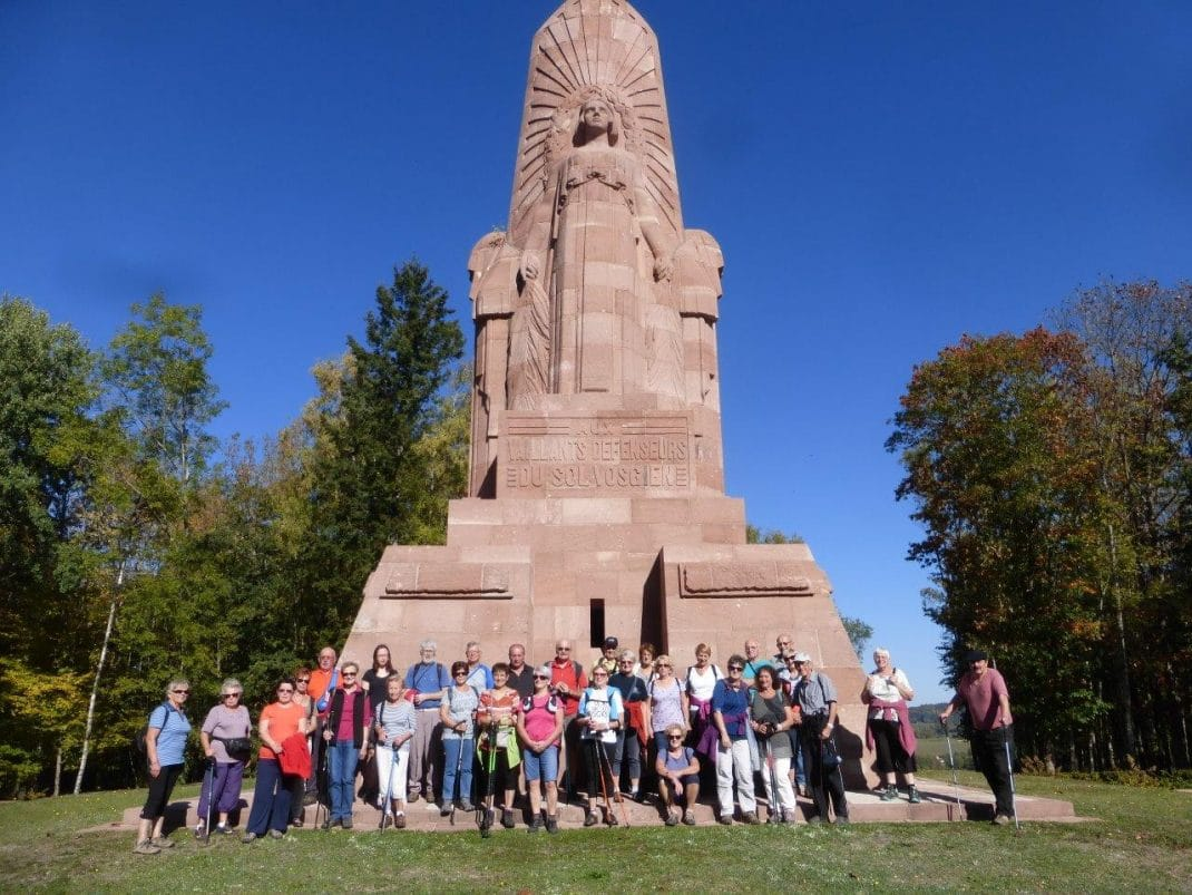 Photo du groupe devant le monument
