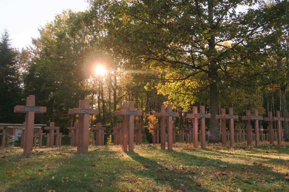 Photos de quelques unes des tombes de la nécropole au soleil couchant