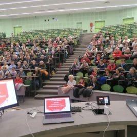 Photo des participants dans l'amphithéâtre de la Faculté de médecine