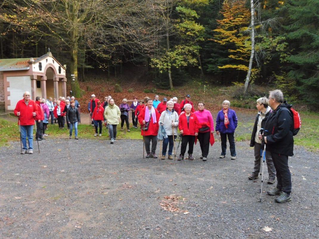 Photo des deux groupes sur le site de la Chapelle