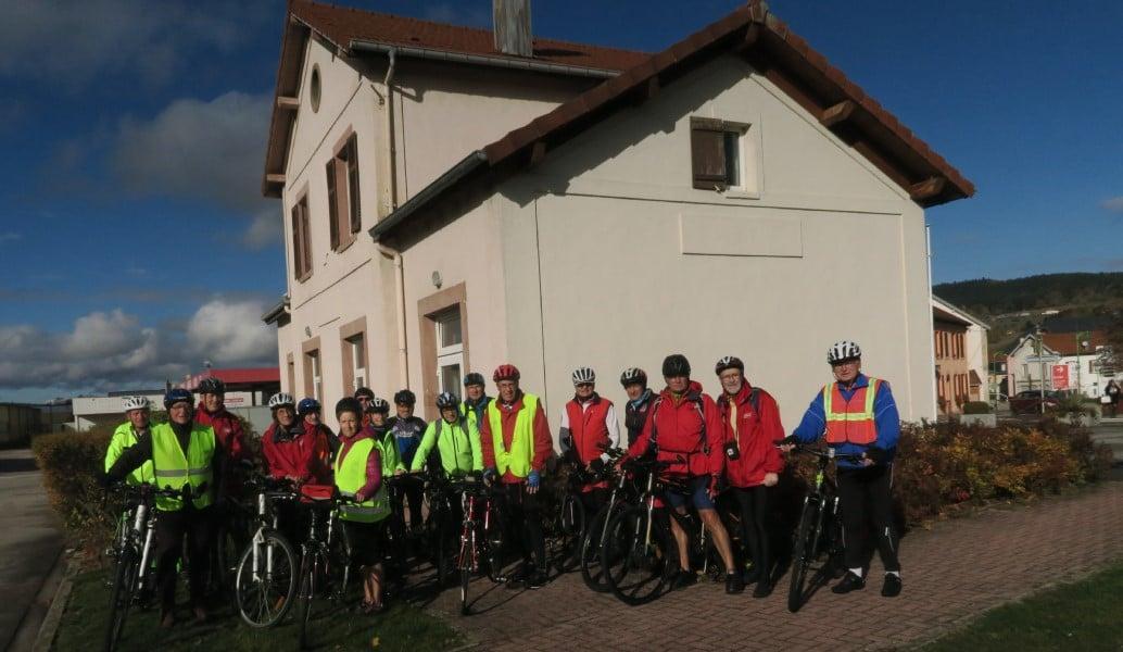 Photo des cyclistes près de l'office de tourisme de Fraize