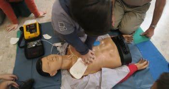 Enfant pratiquant un massage cardiaque
