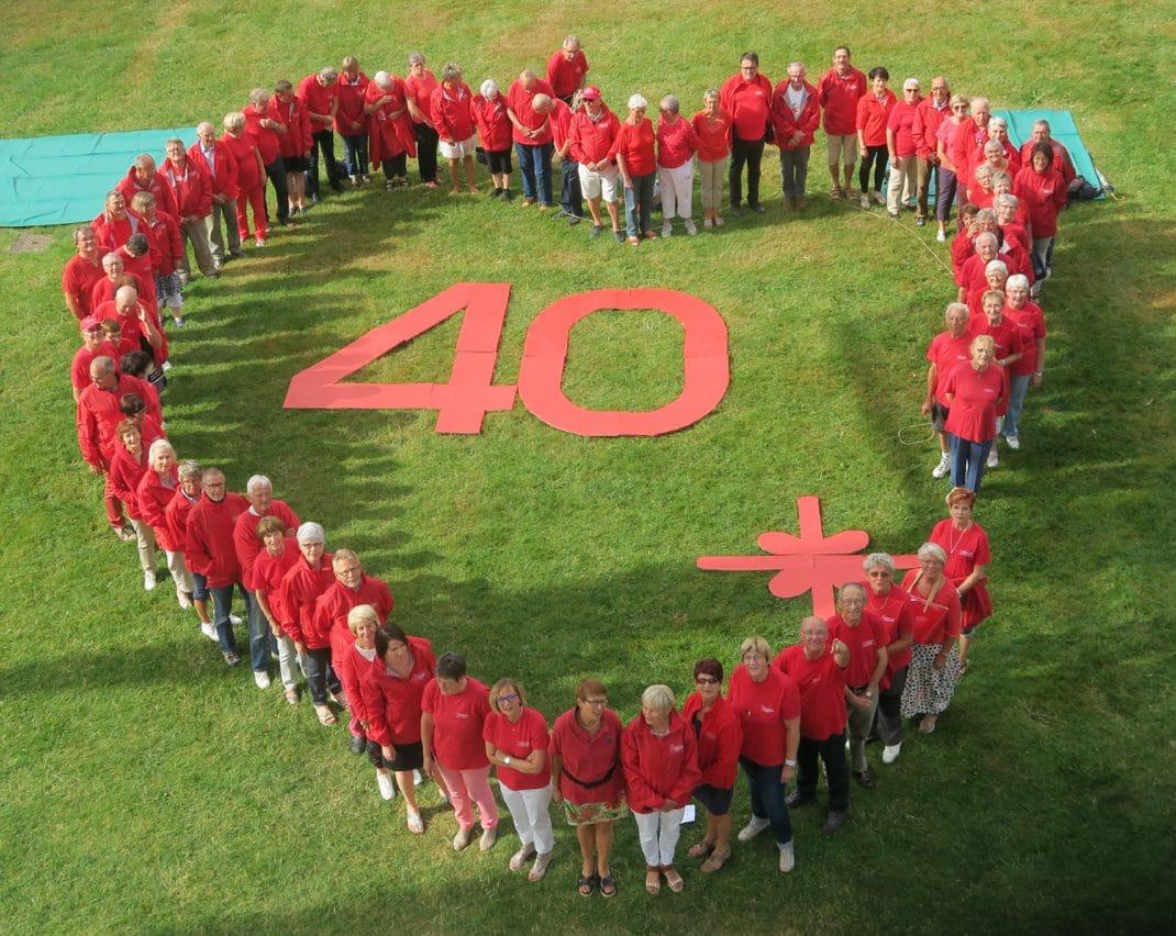 Cœur dessiné par 80 membres du club sur la pelouse du parc Jean-Mansuy à Saint-Dié