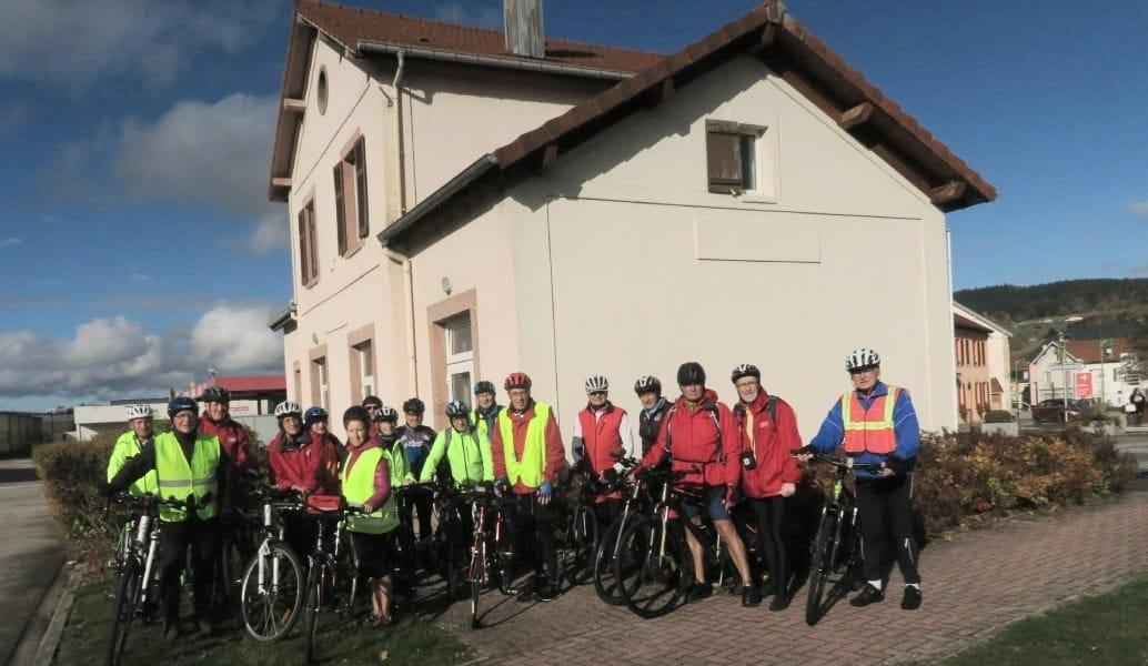 Photo du groupe de 17 cyclistes devant l'ancienne gare de Fraize, devenue office de tourisme