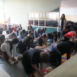 Phoot des élèves pratiquant le massage cardiaque